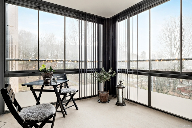Stor ljuvlig balkong, lamellgardiner och skjutbara fönsterpartier