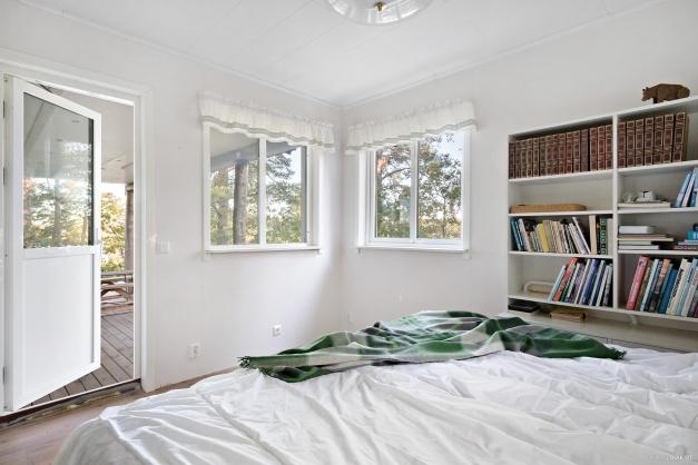 Sovrum ett entréplan med utgång till verandan i norrläge