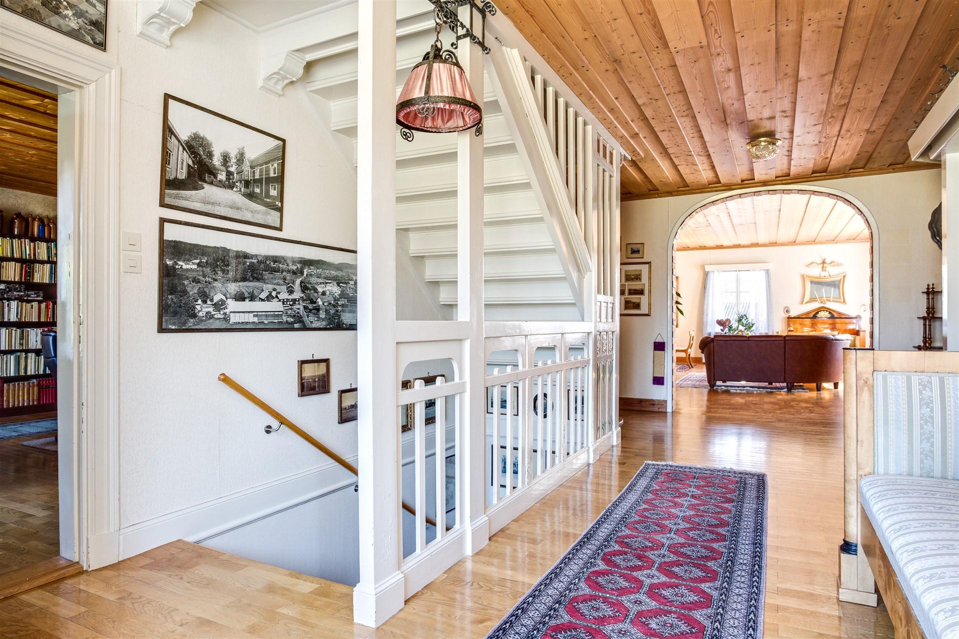 Hall på övervåningen med härlig rymd och vackra detaljer.