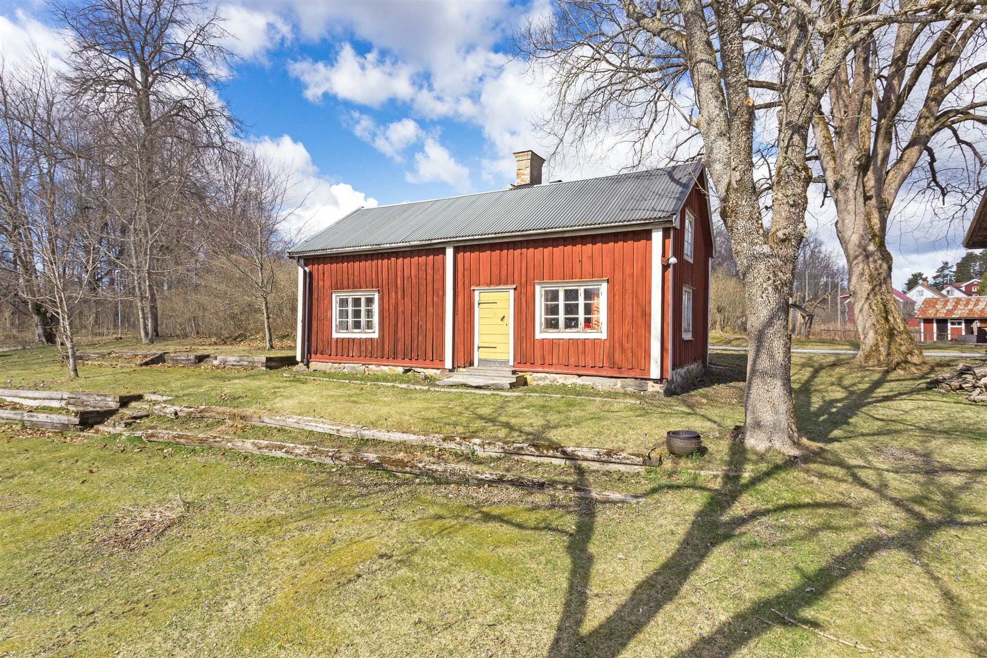 Hus 2, inredd med ett rum och kök i äldre stil och standard.