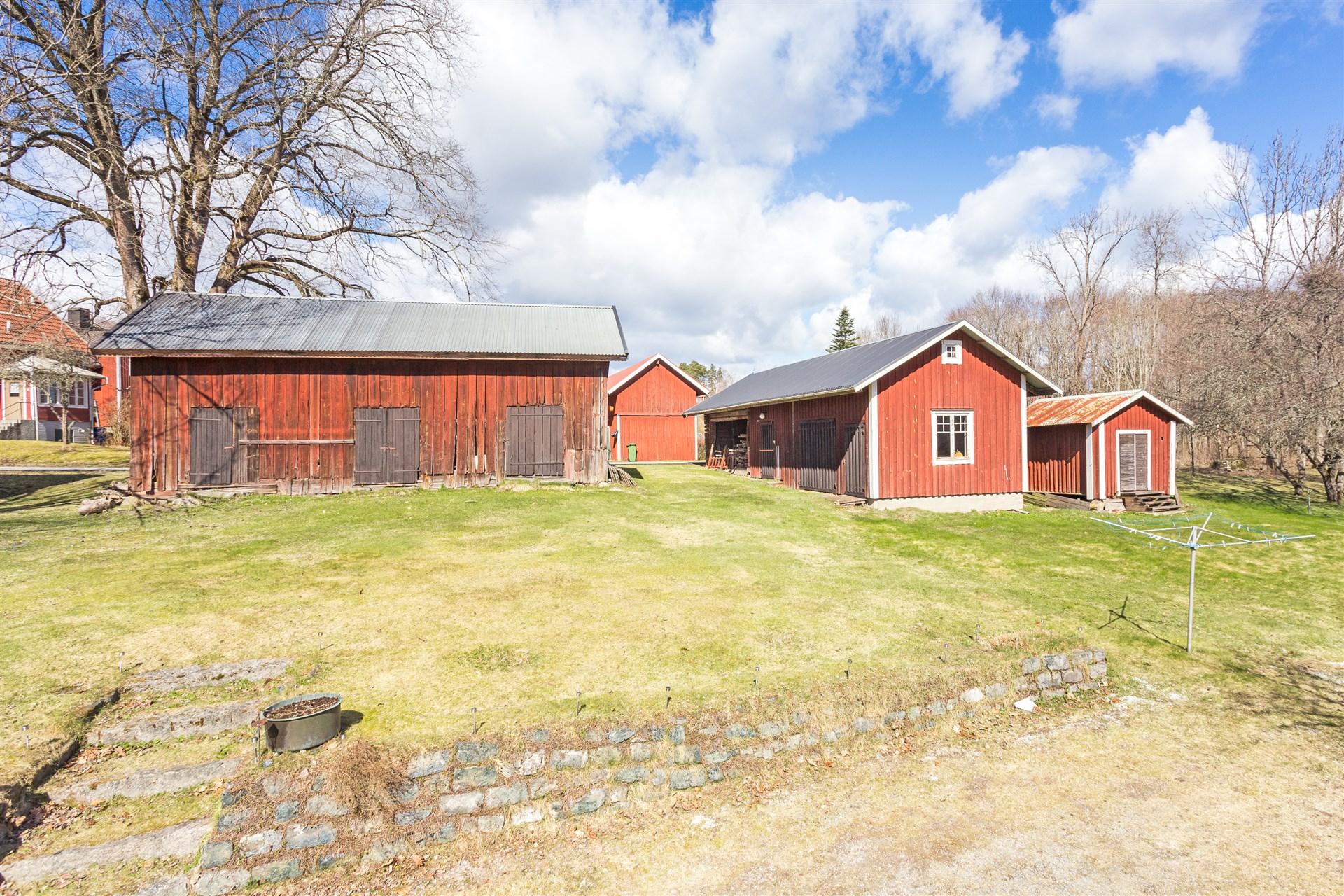 På fastigheten finns 2 uthus, varav det ena är nybyggt på 90-talet. Bakom detta uthus finns ett enklare garage och ett hönshus.