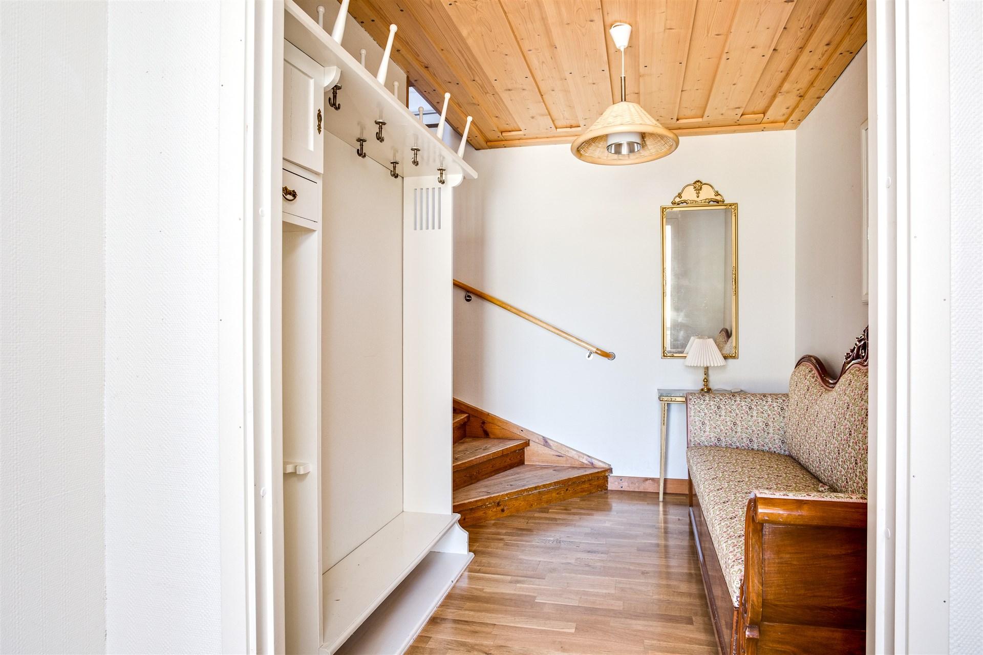 Hall med fin platsbyggd  hallmöbel.