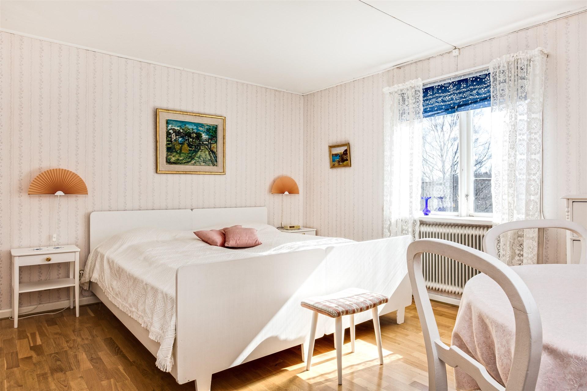 Sovrum 5 på vindsvåningen. Här finns också WC och garderober.