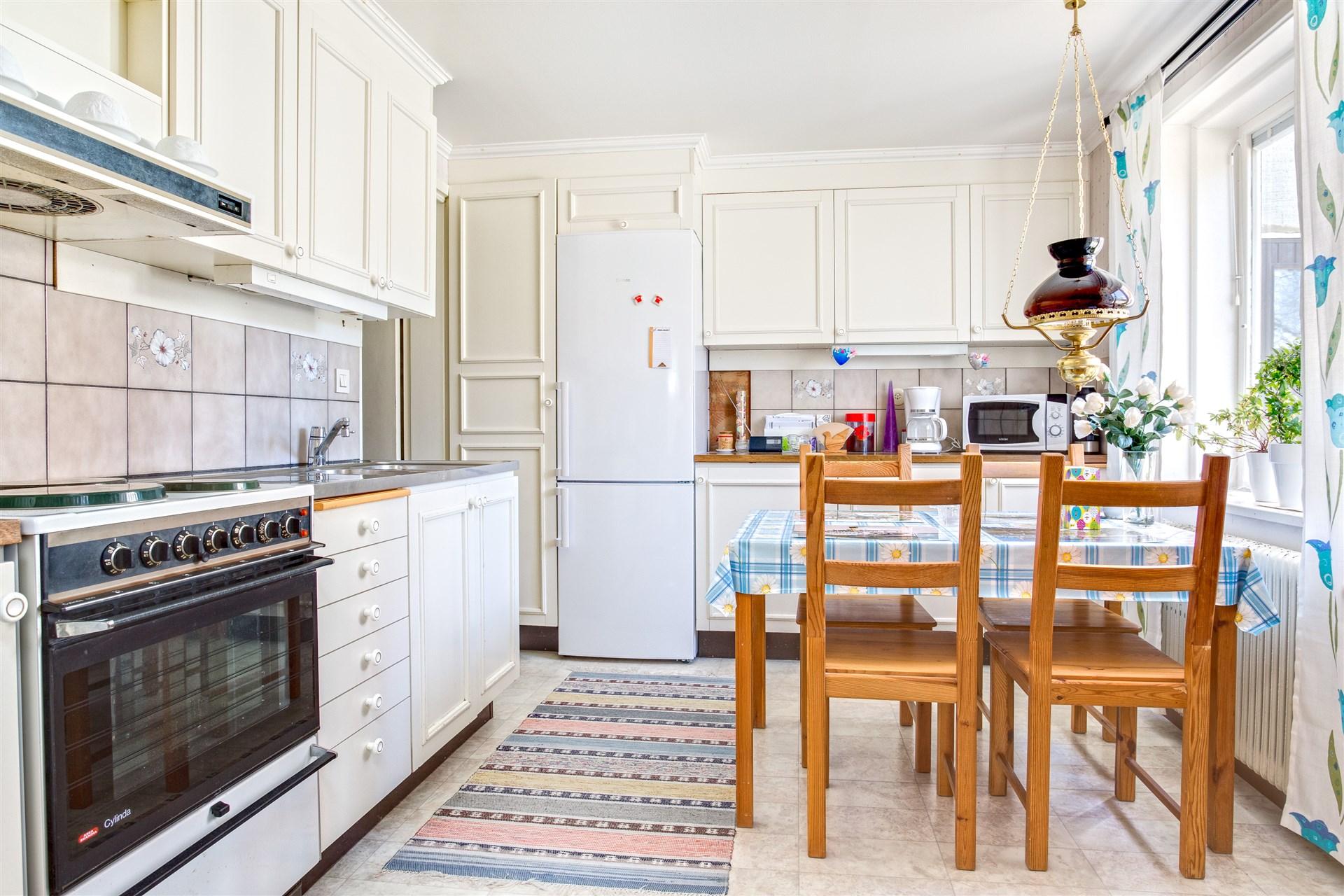 Ljust kök i lgh 2 med plats för mindre köksmöblemnag.