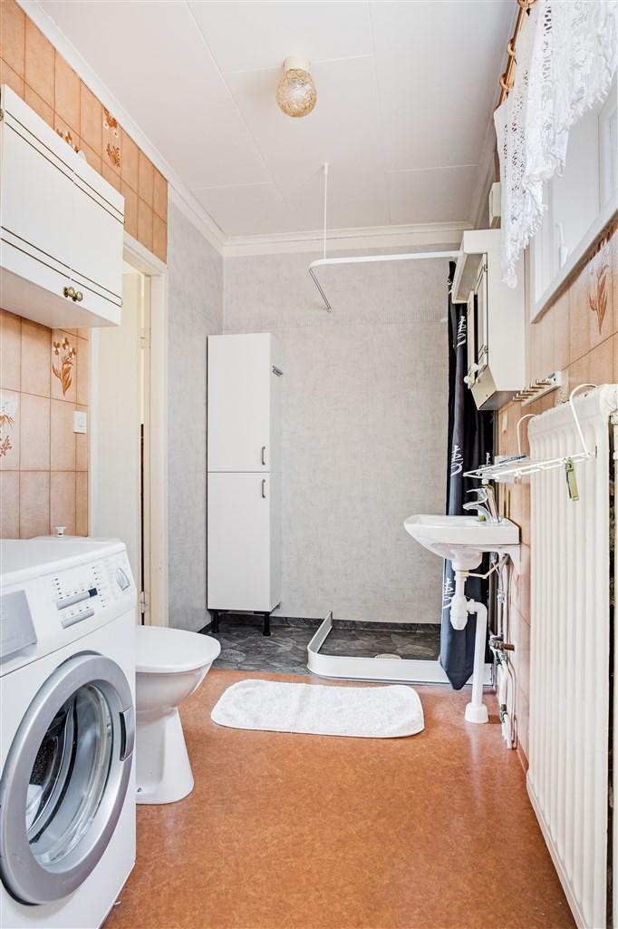 Dusch/wc/tvätt på övervåningen med ingång från både sovrum 2 och serveringsgången.