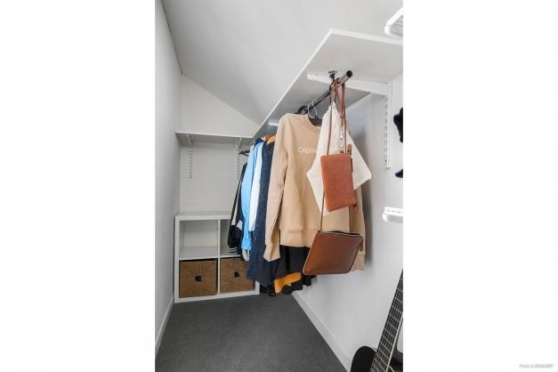 Klädkammare innanför sovrummet.