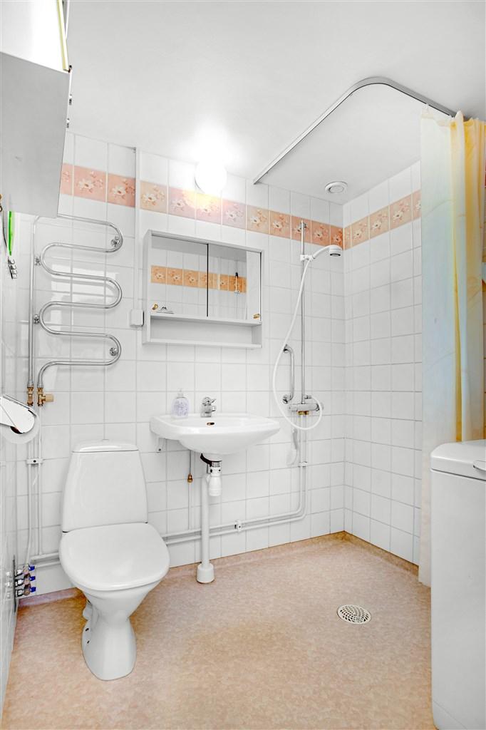 Dusch/wc utrustat med bl a handdukstork och toppmatad tvättmaskin.