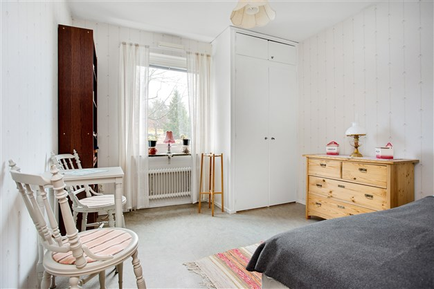 Sovrum 1 med 1 garderob och 1 linneskåp med överskåp.