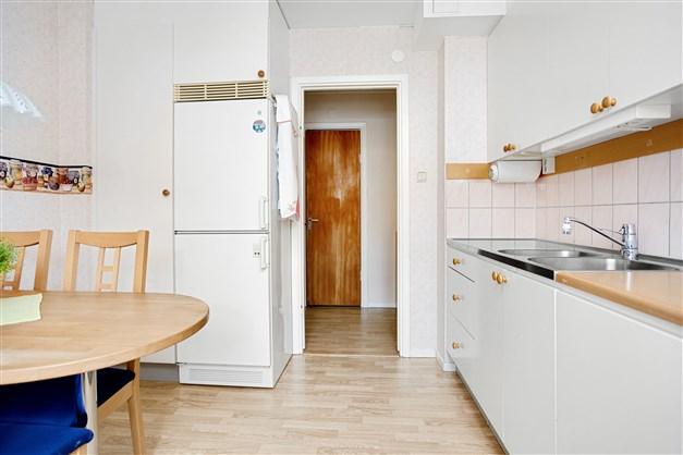 I köket finns kyl/frys och städskåp. För den som vill ha diskmaskin, finns möjlighet att installera det.