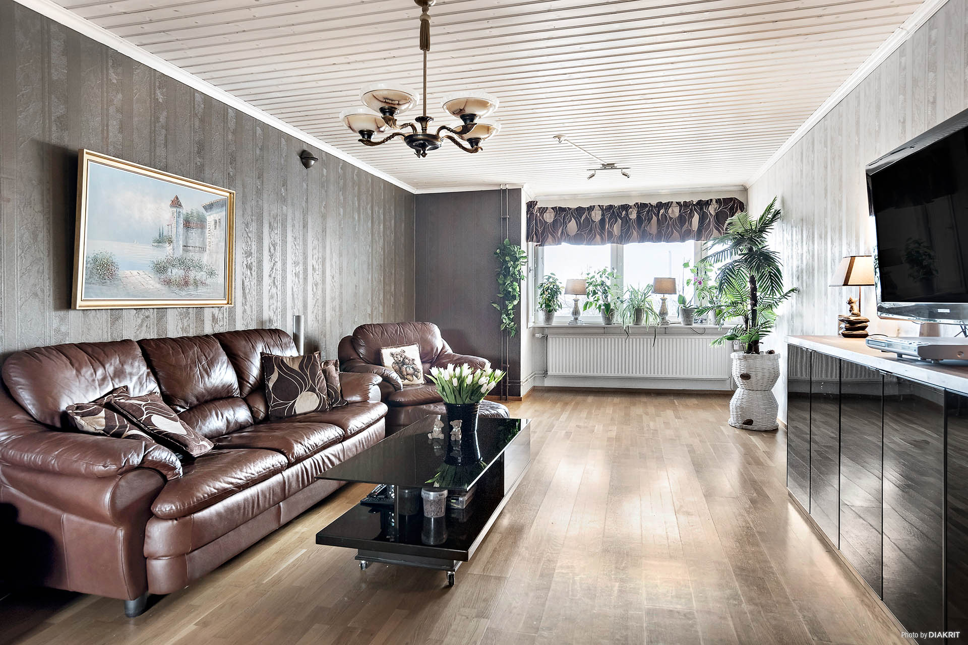Vardagsrum med stilfullt burspråk