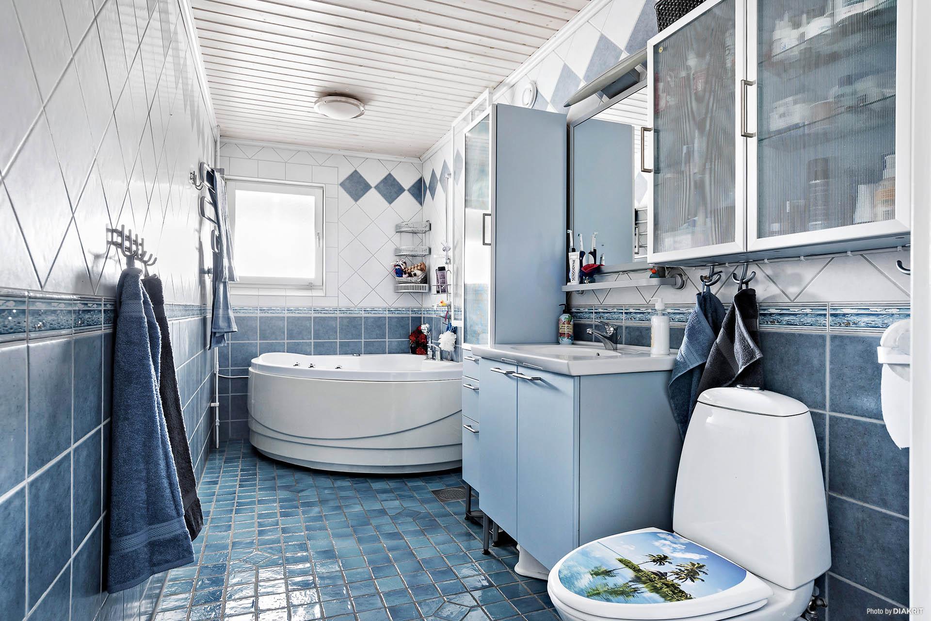 Helkaklat badrum med komfortabel golvvärme (el). Bubbelbadkar med massagefunktion