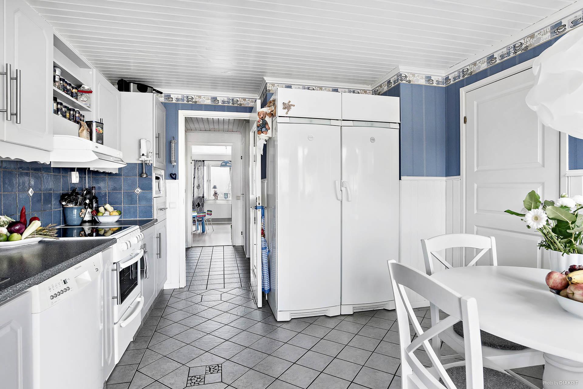 Kök med praktiskt kyl- och frysskåp i fullhöjd
