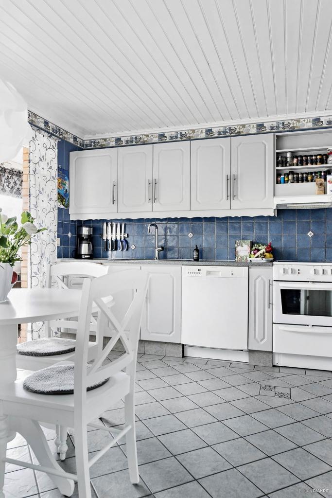 Trivsamt kök med över- och underskåp för bra förvaring