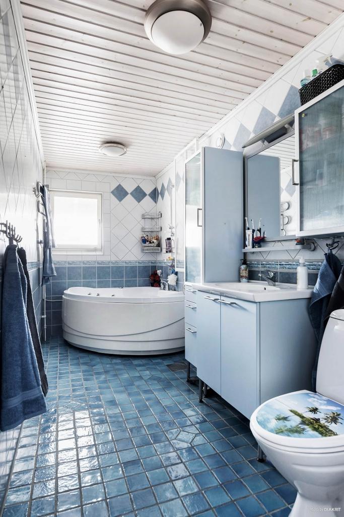 Badrumsmöbel med sidoskåp för bra förvaring
