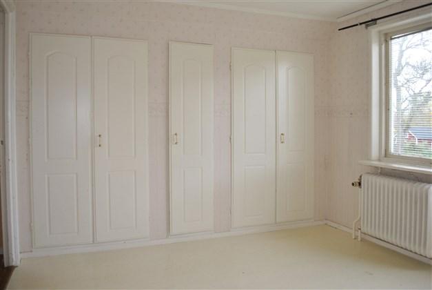 Garderober i stora sovrummet