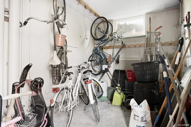 Gemensamma utrymmen: Cykelförråd som nås utifrån i souterrängplan