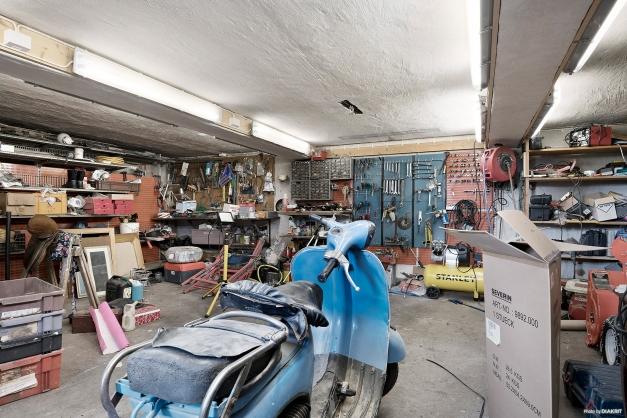 Äldre garagebyggnad bestående av 3 garage