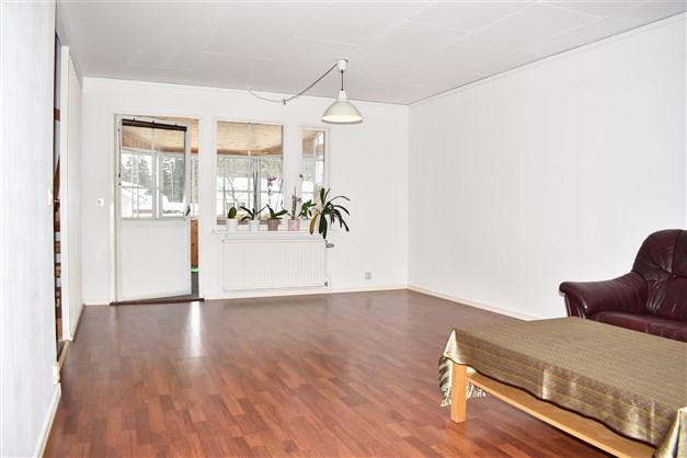 Vardagsrum med utgång till ett inglasat uterum