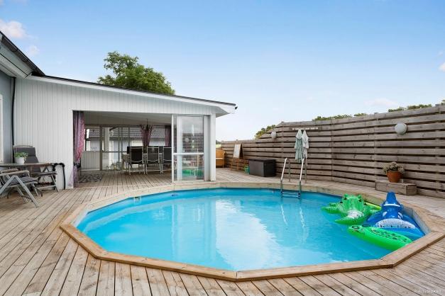Trivsam utemiljö med uppvärmd pool