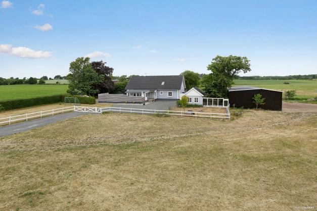 Rymlig villa med uthus och mark