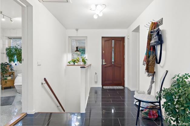 Trevlig hall som öppnar upp mot kök och vardagsrum med fint ljusinsläpp och fin utsikt