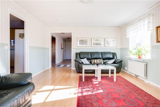 Vardagsrummet har fönster i flera väderstreck som släpper in ljus.