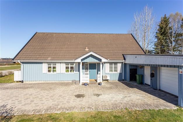 Här erbjuds en stor villa i lugnt område på hörntomt!