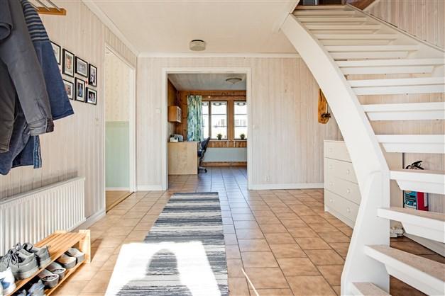Från hallen är det öppet in mot kök och vardagsrum.