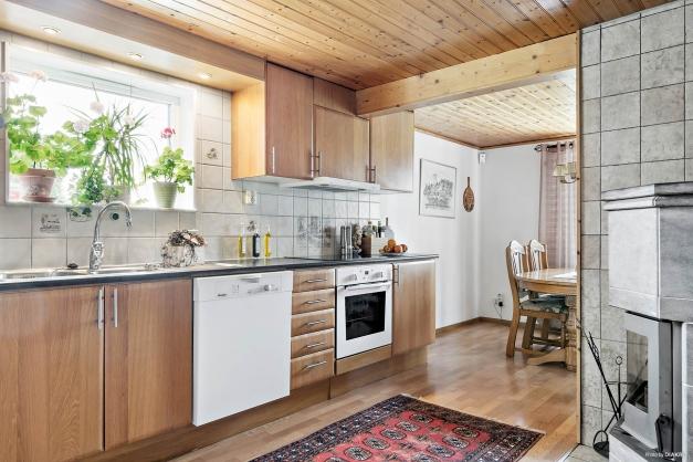 Matplatsen med fin kontakt mot både kök och vardagsrum.