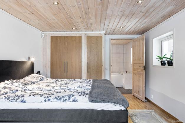 Sovrum med lite extra lyx då med  ett av badrummen i direkt anslutning.