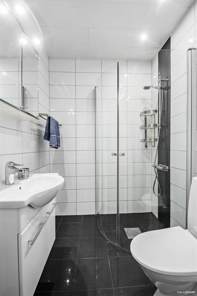 Helkaklat duschrum 2010 med skön golvvärme (el)