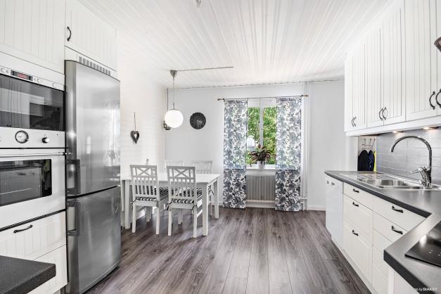 Kök med stilfull mörk plankmönstrad laminat på golv