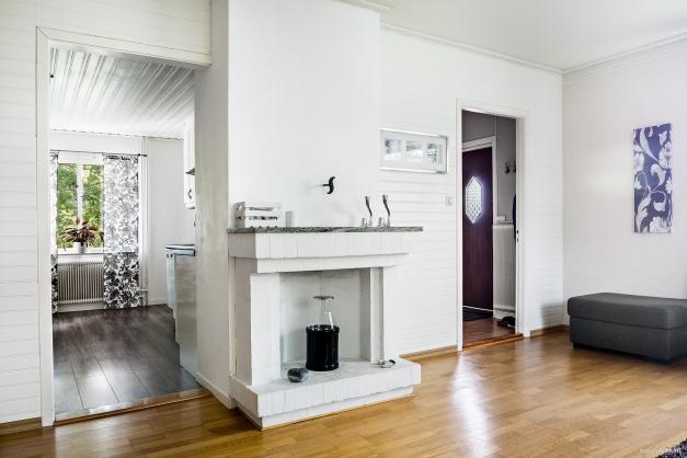 Vardagsrum med ståtlig och strategiskt placerad öppen spis (ej godkänd för eldning)