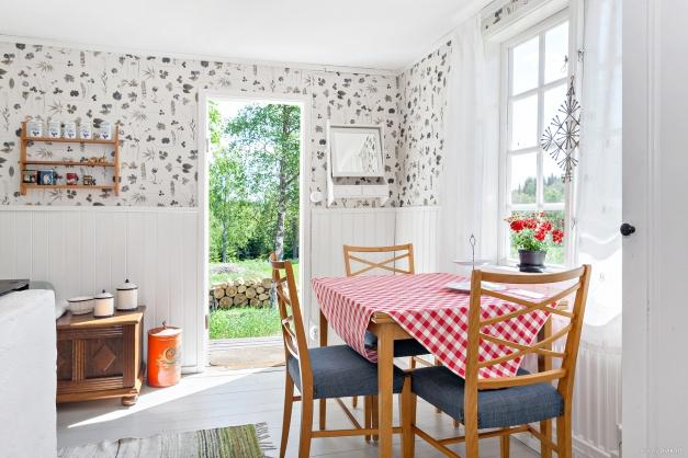 Köket har plats för matbord framför fönstret