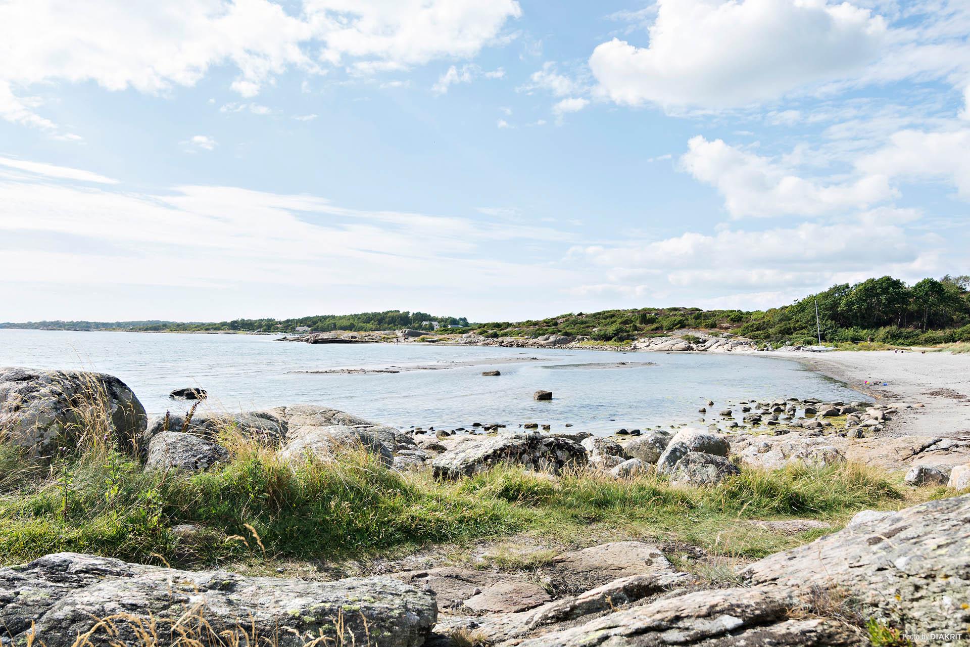På några minuters avstånd finns såväl strand som klippa.