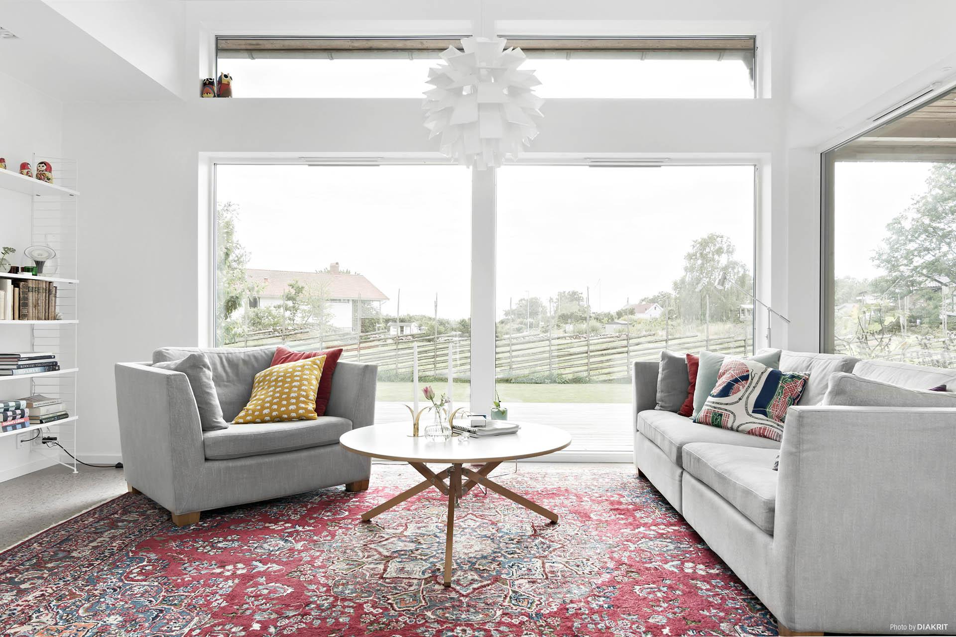 De stora fönsterpartierna ger en härlig känsla...