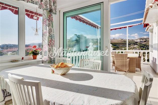 Från köket är det utgång till 2 olika terrasser med havsutsikt