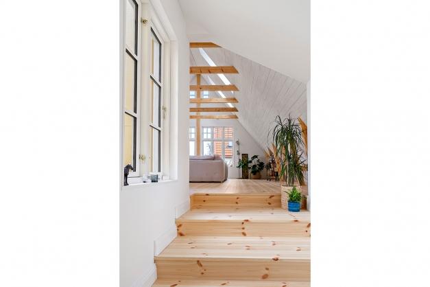 Brogången leder mellan köket och det stora vardagsrummet