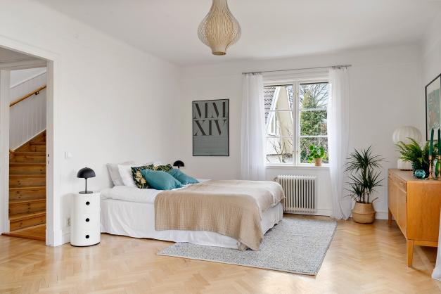 Rymligt sovrum/allrum på entréplan