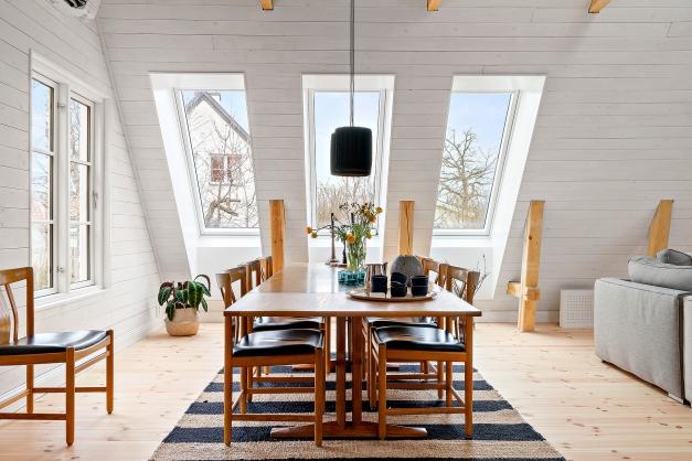 Fin matplats i vardagsrummet med plats för stora middagssällskap. Trivsamt läge invid många fönster