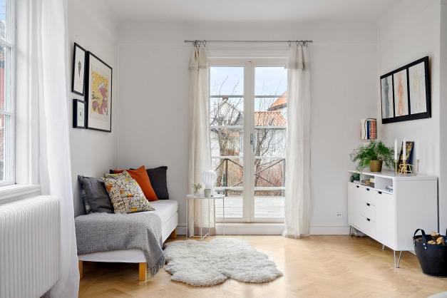 Sovrummet/allrummet har utgång direkt till den stora, soliga trädäckade altanen