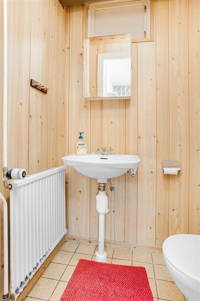 WC på bottenvåningen, utrustat med wc och handfat.
