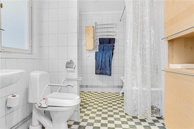 Dusch/wc med 2 st handfat och badkar.