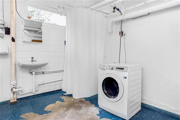 Rymlig tvättstuga med dusch och bra torkmöjligheter.