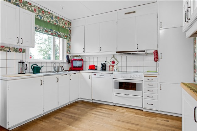 Kök med originalstommar och vit inredning.