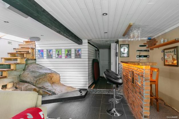 Allrum på nedre plan med platsbyggd bar