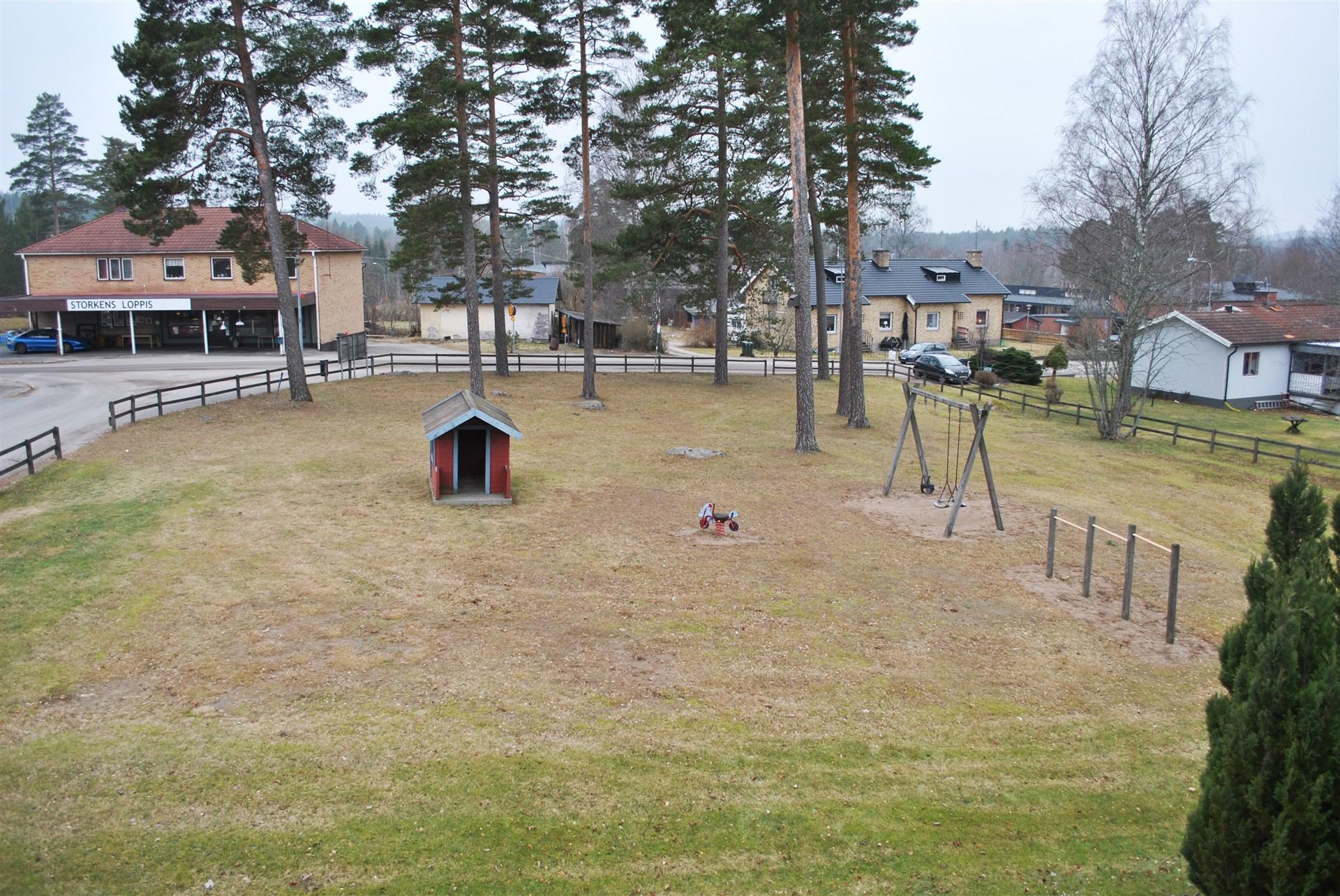 Granne med lekplatsen
