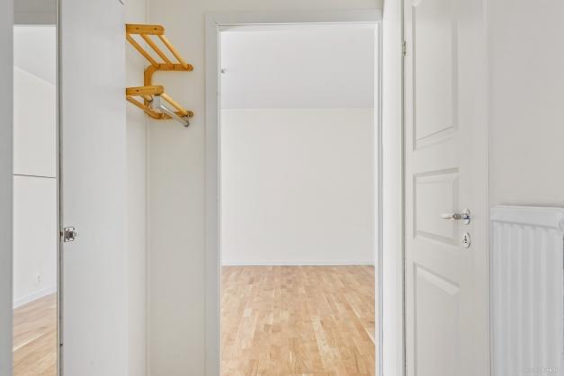 Hall med inbyggda garderober