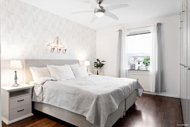 Sovrum med platsbyggda garderober.