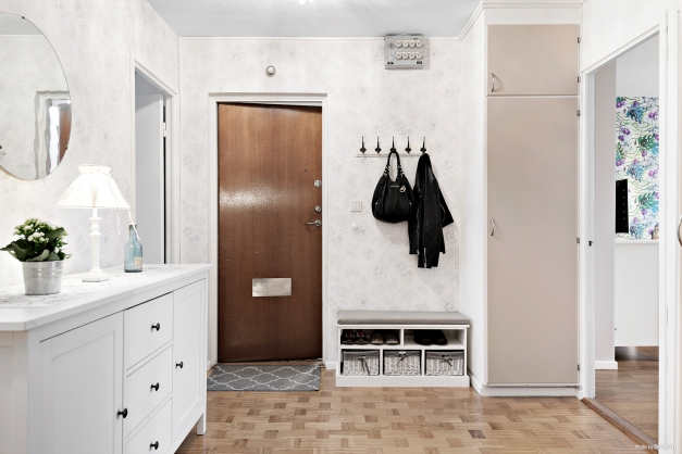 Välkomnande och praktisk entré med platsbyggd garderob.